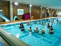 photo de groupe dans la piscine