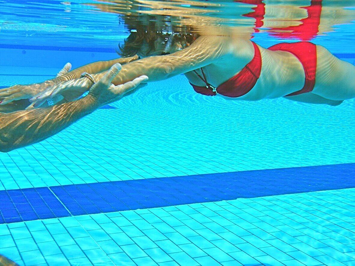 Un maître nageur dans l'eau