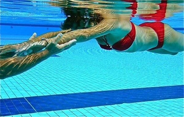 Apprendre nager le pied dans l 39 eau for Piscine pour nager