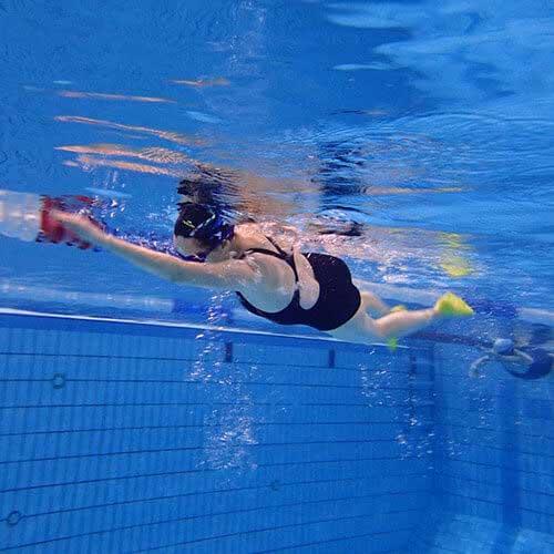 Stagiaire en cours de natation à Paris | Le pied dans l'eau